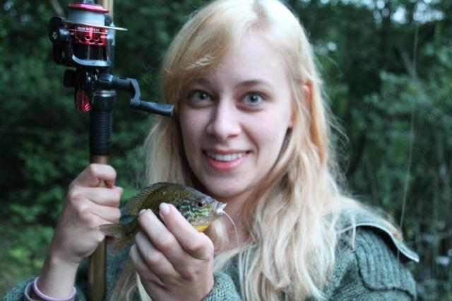 Ik ging voor het eerst vissen! Dit is mijn eerste vangst, een prachtig zonnebaarsje. Deze hebben we terug in het water gelaten ;)